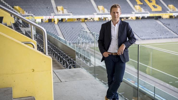 Christoph Spycher posiert nach der heutigen YB-Medienkonferenz.