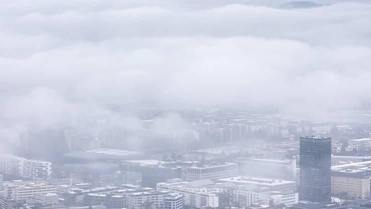 Die Wolken am Finanzhimmel sollen sich endlich verziehen: Der Kanton Zug erhöht deshalb erstmals seit über 40 Jahren die Steuern. (Symbolbild)