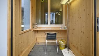 Die Besucherbox beim Alterszentrum Kastels ermöglicht gefahrlosen Kontakt zwischen Bewohnern und Angehörigen.