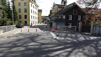 Der 89-jährige Rennradfahrer fuhr auf der Hüeblistrasse talwärts, als er die Kontrolle über sein Zweirad verlor und stürzte.