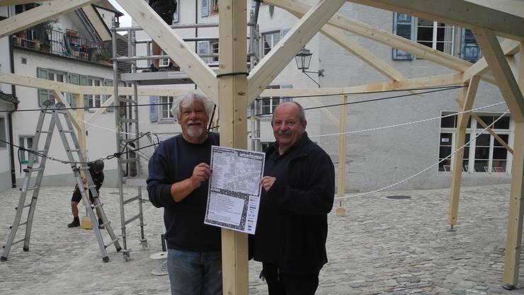 Peter Scholer (links) und Ruedi Berner beim Aufbau für das Kopfsteingassenfest.