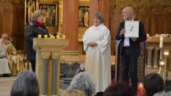 Antonia Hasler (Mitte) erhält von Mitgliedern des Pastoralraumrats während des Gottesdienstes in der Oltner St.-Martinskirche symbolisch einen Schlüssel.