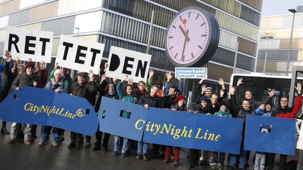 Spontandemo am Donnerstag vor dem SBB Hauptgebäude in Bern von Aktivisten des Vereins UmverkehR, der die Nachtzüge retten will.