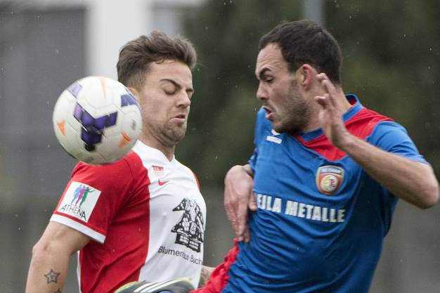 Wo ist der Ball? Solothurns Tolga Mertoglu (links) und Dominic Schilling (rechts) wissen das auch mit geschlossenen Augen.