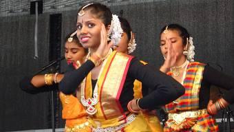 Tamilisch-indische Tanzgruppe trat am Zapfenstreich 2014 in Windisch auf.