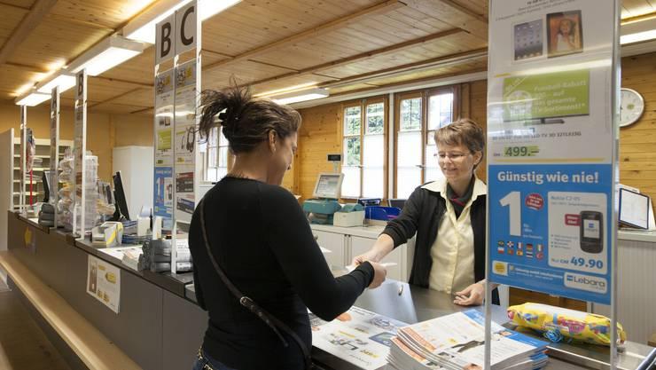 In den 213 Gemeinden des Kantons gibt es derzeit noch 104 klassische Poststellen. Dazu kommen gemäss Post-Sprecher Erich Schmid neun moderne Poststellen mit offenen Schaltern. Damit betreibt die Post im Aargau noch insgesamt 113 eigene Filialen.