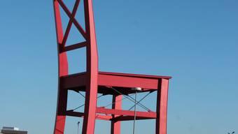Das Werbesymbol von XXXLutz: Ein XXXL-Stuhl. Davon gibt es ganz viele.