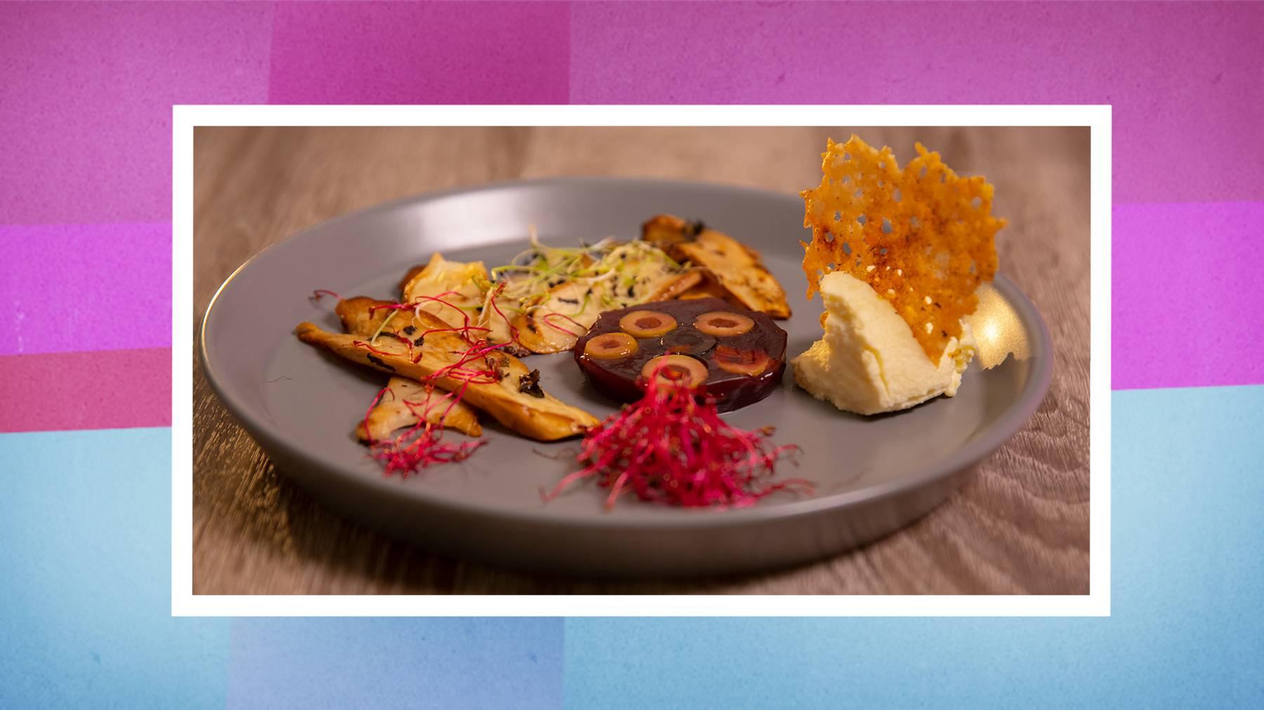 Parmesan-Mousse mit Portwein-Aspik auf sautiertem Pilz-Carpaccio garniert mit Käsecracker