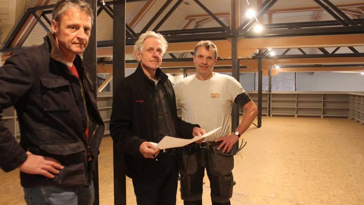 Besprechung auf der Baustelle (von links): Christian Egli (Baudirektion), Architekt Juerg Thommen und Zimmermann Patrick Maeder