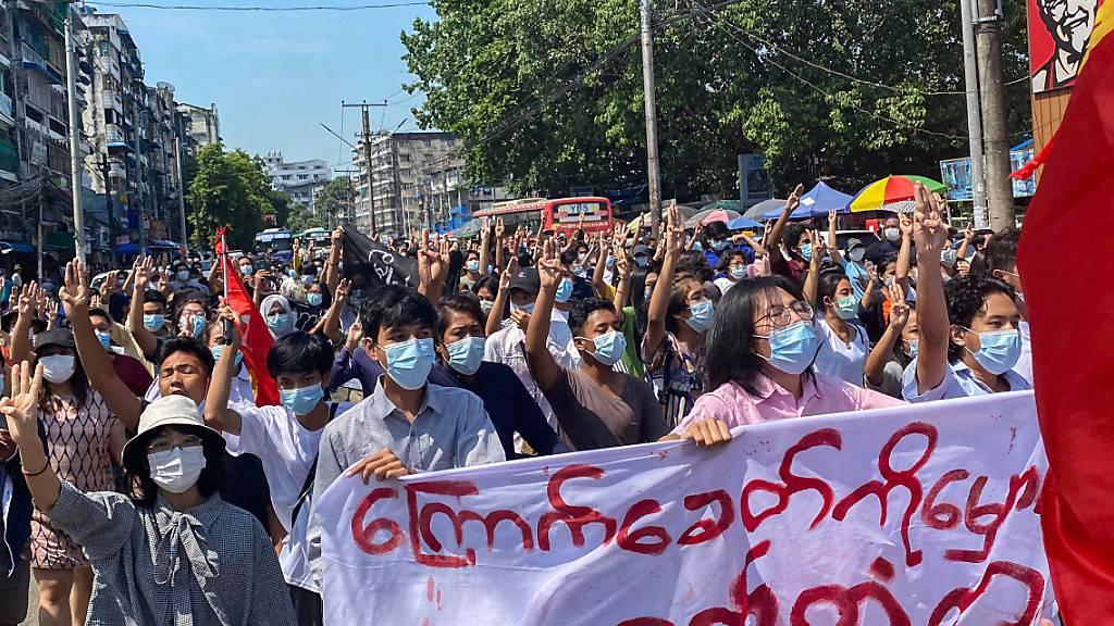 Demonstranten in Myanmar marschieren bei einer Flashmob-Kundgebung gegen die Militärjunta durch die Straßen. Foto: Santosh Krl/SOPA Images via ZUMA Wire/dpa