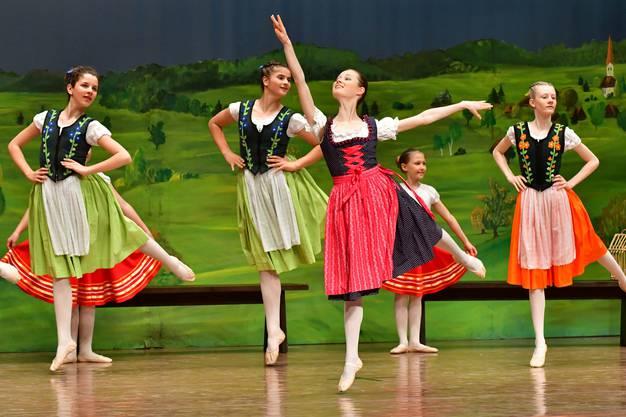 Die fleissige Tochter Goldmarie (gespielt von Stefanie Kägi) beim Tanz