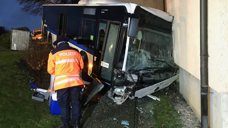 Adlikon ZH, 9. Dezember: In Adlikon ist am Montag ein Linienbus verunfallt. Dabei sind drei Personen verletzt worden.