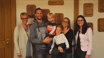 Gemeindeammann Franziska Baggenstos (links) und die Leiterin der Einwohnerkontrolle Claudia Stettler (rechts)freuen sich über den Zuzug der Familie Corinne und Daniel Schindler mit Lena und der grösseren Schwester Leonie.ES