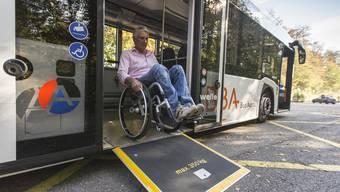 Buseinstieg von Karl Emmenegger an der Station Salhöhe. Heute ist hier nichts vorgekehrt. Ein bestehendes Projekt für eine behindertengängige Haltestelle wird dies aber bald ändern.