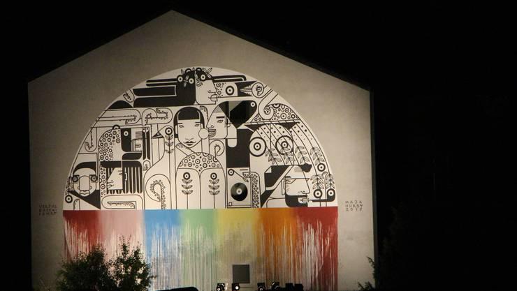 Maja Hürst hat die Badenfahrt mit einem Stück ihres TIKA-Universums bereichert. die grossflächige Wandmalerei am Schulhaus Tannegg bei der Pfaffenchappe wird während der Badenfahrt nachts beleuchtet. Ein Blick lohnt sich!