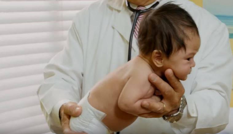 In diesem Video erklärt der Fachmann, wie er in seiner Praxis schreiende Kinder sofort beruhigen kann.