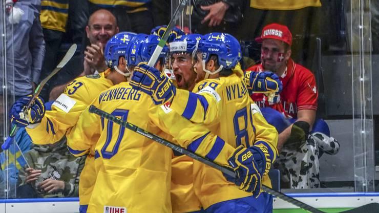 Schweden schiesst sich schnell wieder in Führung. Der Schweizer Fan im Hintergrund muss das 3:2 hinnehmen.