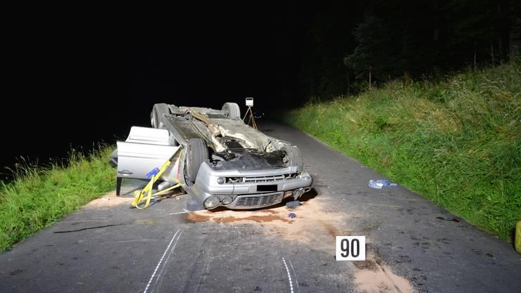 Der Fahrer streifte den Strassenrand, das Auto überschlug sich und wurde rund 70 Meter auf dem Dach weiter geschleudert.