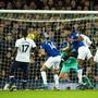 Evertons Cenk Tosun (in blau/rechts) bringt mit seinem Tor Tottenham in der 98. Minute um den Sieg