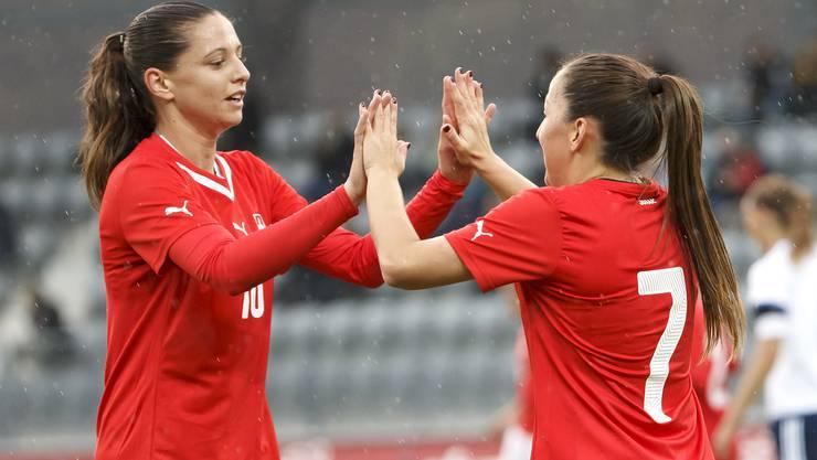Fabienne Humm (l.) feiert einen Treffer im Nati-Dress mit Teamkollegin Martina Moser
