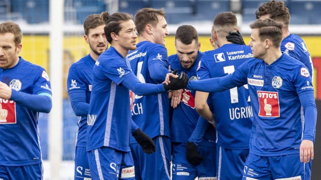 Die Luzerner feiern das von Filip Ugrinic erzielte 2:0
