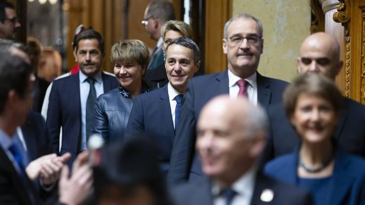 Weitermachen! Der wiedergewählte FDP-Bundesrat Ignazio Cassis, Mitte, kommt mit Viola Amherd, Guy Parmelin, Alain Berset, Simonetta Sommaruga und Ueli Maurer in den Nationalratssaal.