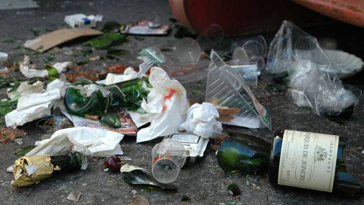 Allgemeines Ärgernis: Zu oft bleibt der Abfall nach Feiern auf Pausenplätzen oder im Wald liegen. AZ/ARCHIV