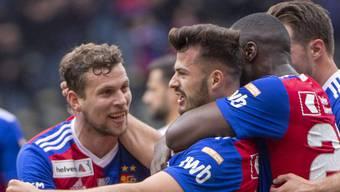 Albian Ajeti (2.v.l.) wird von seinen Teamkollegen nach dem 1:0 im Cupfinal gefeiert.