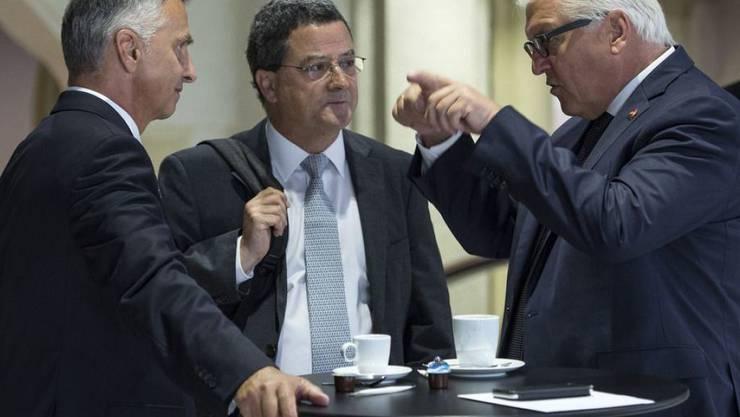 Staatssekretär Yves Rossier (Mitte) mit seinem Chef Aussenminister Didier Burkhalter (links) beim Gespräch mit dem deutschen Aussenminister Frank-Walter Steinmeier. (Archivbild)