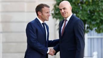 Frankreichs Präsident Emmanuel Macron (l) mit Bundesrat Alain Berset: Am Dienstag wird der Schweizer erneut in Paris erwartet.