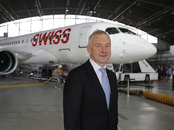Swiss-Chef Thomas Klühr posiert vor dem neuen Bombardier-C-Series-Flugzeug seiner Fluggesellschaft.