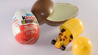 Die Überraschungseier sind bei Kindern auf der ganzen Welt beliebt. Nun sieht sich der zuständige Konzern Ferrero mit harter Kritik konfrontiert.