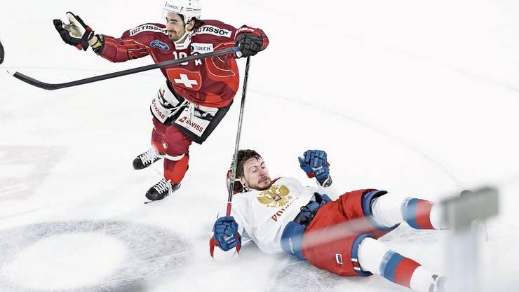 Die Schweiz mit Andres Ambühl (links) ist in Visp gegen Alexander Dergachyov und Russland obenauf.