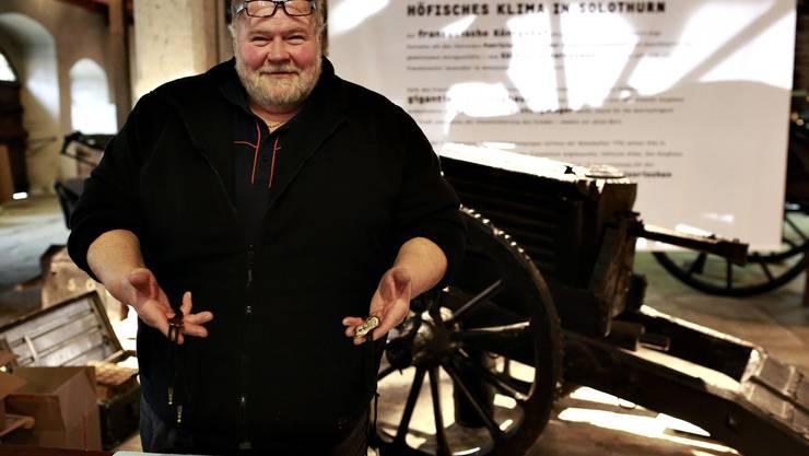 Toni Armbrust präsentiert seine neuste Erfindung: Den wiederverwendbaren Plakettenbändel.