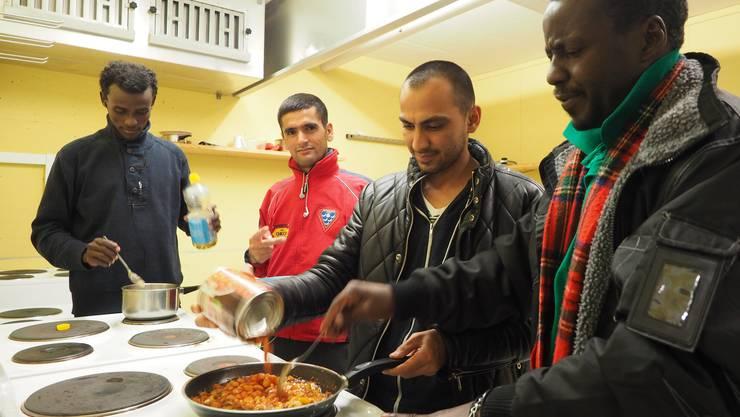 Die Bewohner kochen gemeinsam ein afghanisches Gericht zum Abendessen.