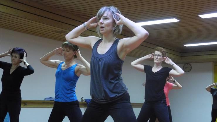 Kathrin Schmidtke zeigt im Studio in Dietikon die Übungen vor.