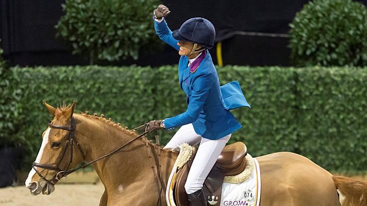 Die für Portugal reitende Brasilianerin Luciana Diniz jubelt über ihren Sieg auf Fit For Fun.