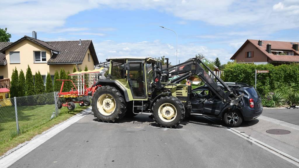 Traktor fährt in Auto – Mann verletzt