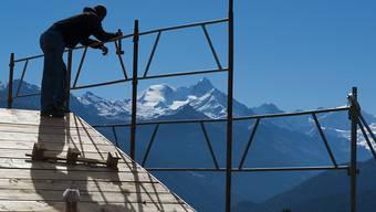 Baustelle in Crans-Montana: Insgesamt hat das Baugewerbe im Wallis nicht unter der Zweitwohnungsinitiative gelitten - doch es ist zu Verschiebungen gekommen. (Archivbild)