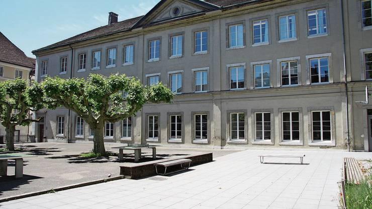 Auch an der klassizistischen Ostfassade des Schulhauses Kollegium nagt der Zahn der Zeit.