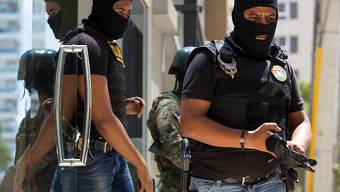 Dominikanische Beamte bei der Durchsuchung der Wohnung von Drogenboss César Emilio Peralta in Santo Domingo.