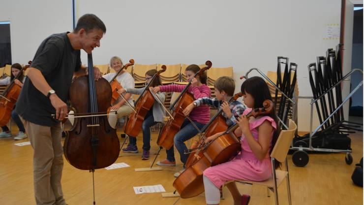 Geduldig und motivierend: Solocellist Thomas Grossenbacher übt mit Musikschülern der Musikschulen Rheinfelden, Stein und Pratteln.