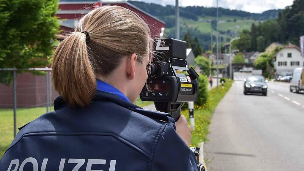 Die Kantonspolizei St.Gallen bei einer Geschwindigkeitskontrolle. (Symbolbild)