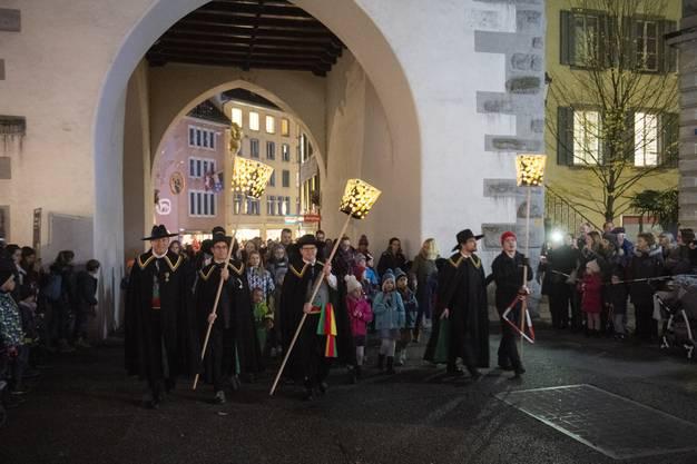Langsam schreitet der Umzug zum Schlossbergplatz.