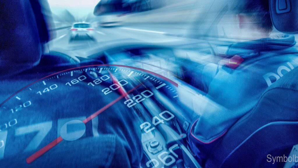 Der Motorradraser ging der Polizei mit 90 km/h mehr als erlaubt ins Netz. (Symbolbild)