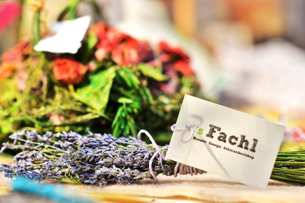Einheimische Produkte, die nicht von Grosskonzernen hergestellt werden in schönen alten Obstkisten, die an der Wand angebracht präsentiert werden.