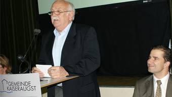 Der langjährige Gemeindepräsident Max Heller hält seine Abschiedsrede, schmunzelnd beobachtet von Gemeindeschreiber Roger Rehmann. ach