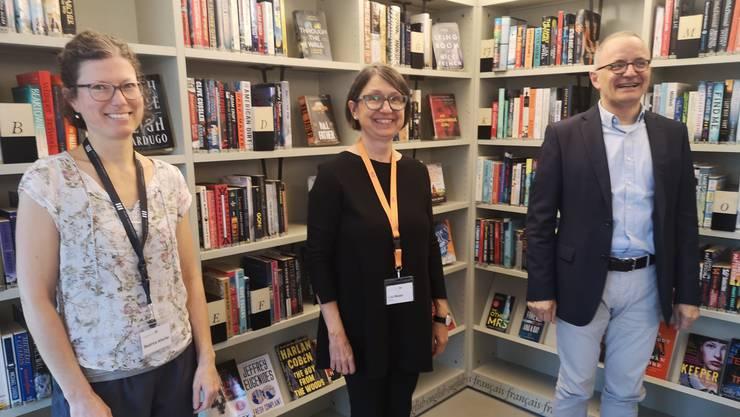 Beatrice Altorfer (l.) und Lilo Moser von der Stadtbibliothek mit Stadtpräsident Hanspeter Hilfiker.