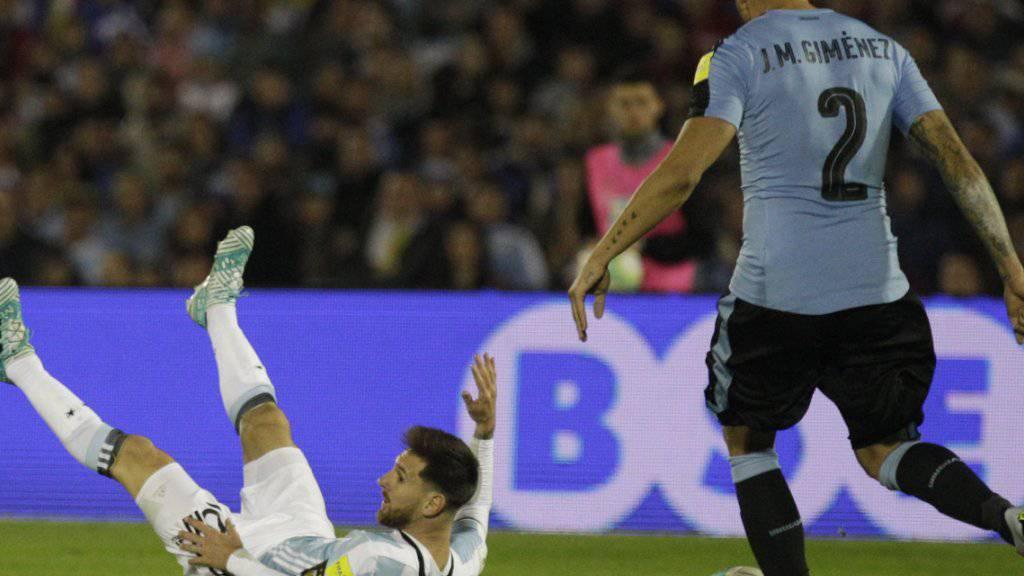 Der Argentinier Lionel Messi scheitert an der Abwehr von Urugay.