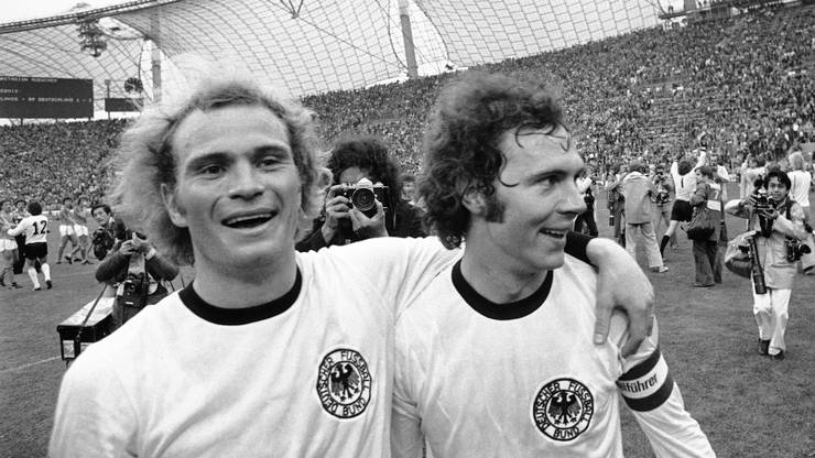 Weltmeister: Im Finale im Münchner Olympiastadion gewinnt die deutsche Nationalmannschaft 2:1 gegen die Niederlande. Hier posiert der junge Offensivspieler mit Captain Franz Beckenbauer. 1972 gewann die Mannschaft bereits die Europameisterschaft.